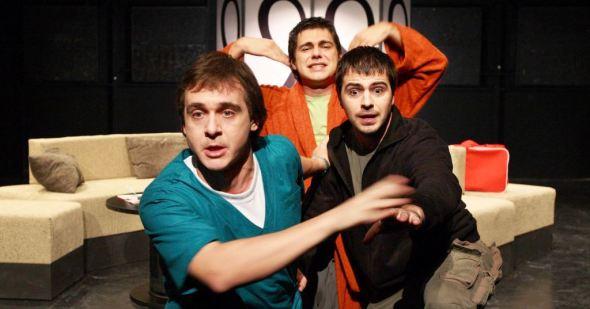"""Kultna komedija """"Ne igraj na Engleze"""" sa Ivanom Tomićem u jednoj od glavnih uloga igra se na scenama u većini država bivše Jugoslavije. Ova hit predstava, koja prati trojicu drugara opsednutih kladionicom, doživela je prošle godine svoje dvestoto izvođenje u Beogradskom dramskom pozorištu."""